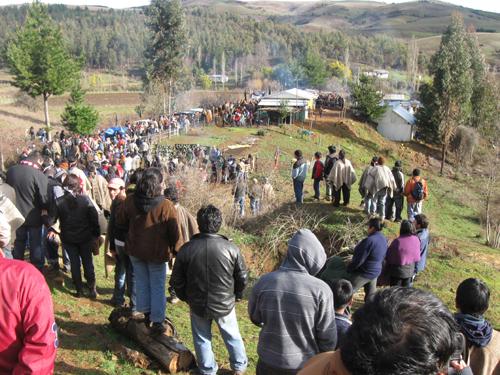 Masivo funeral de Jaime Mendoza Collío, asesinado por CARABINEROS DE CHILE y GOLPEADO post Mortem - Foto: tomada del observatorio ciudadano.